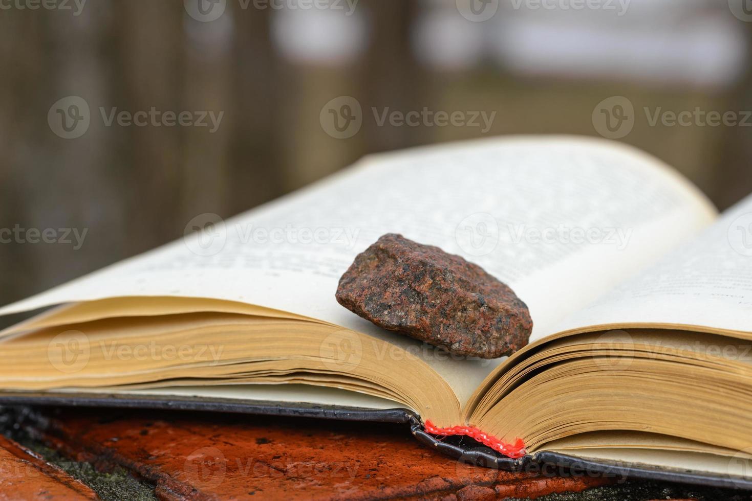 Stein auf einem Buch foto
