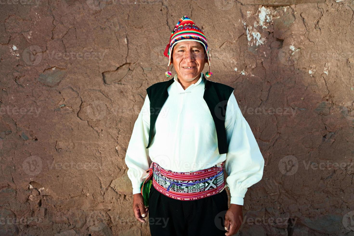 Mann in Tracht auf Taquile Island, Peru foto