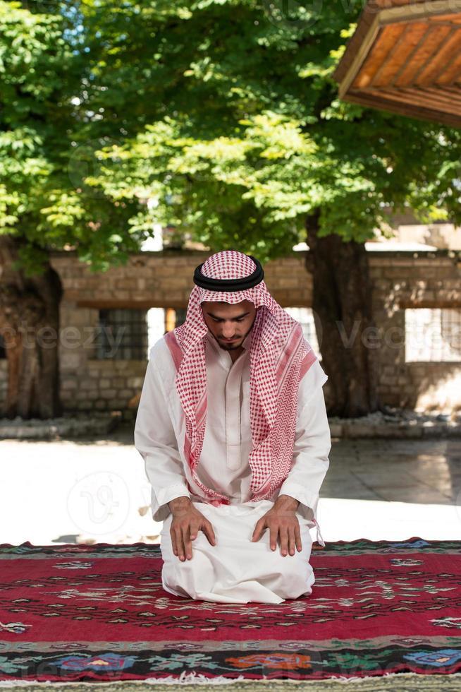 Muslime beten in der Moschee foto