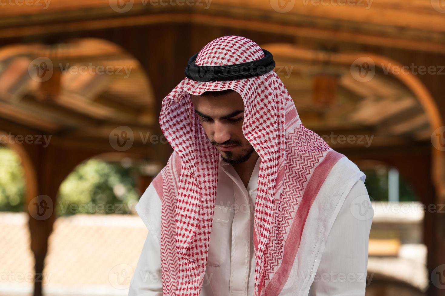 muslimischer Mann, der an Moschee betet foto