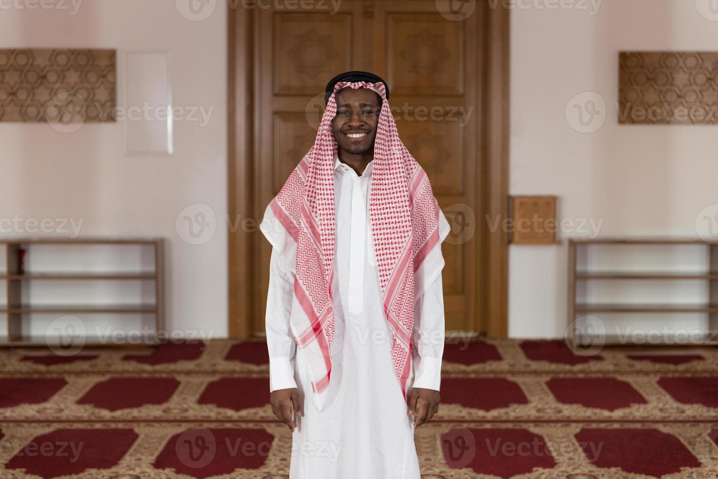 Porträt eines schönen schwarzen Geschäftsmannes lächelnd foto