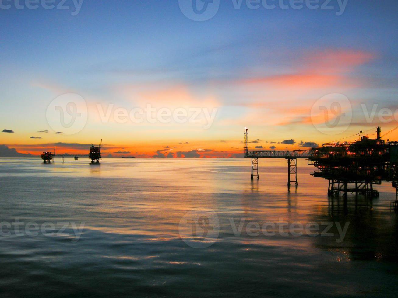 Öl- und Gasplattform am Morgen, Sonnenaufgang foto