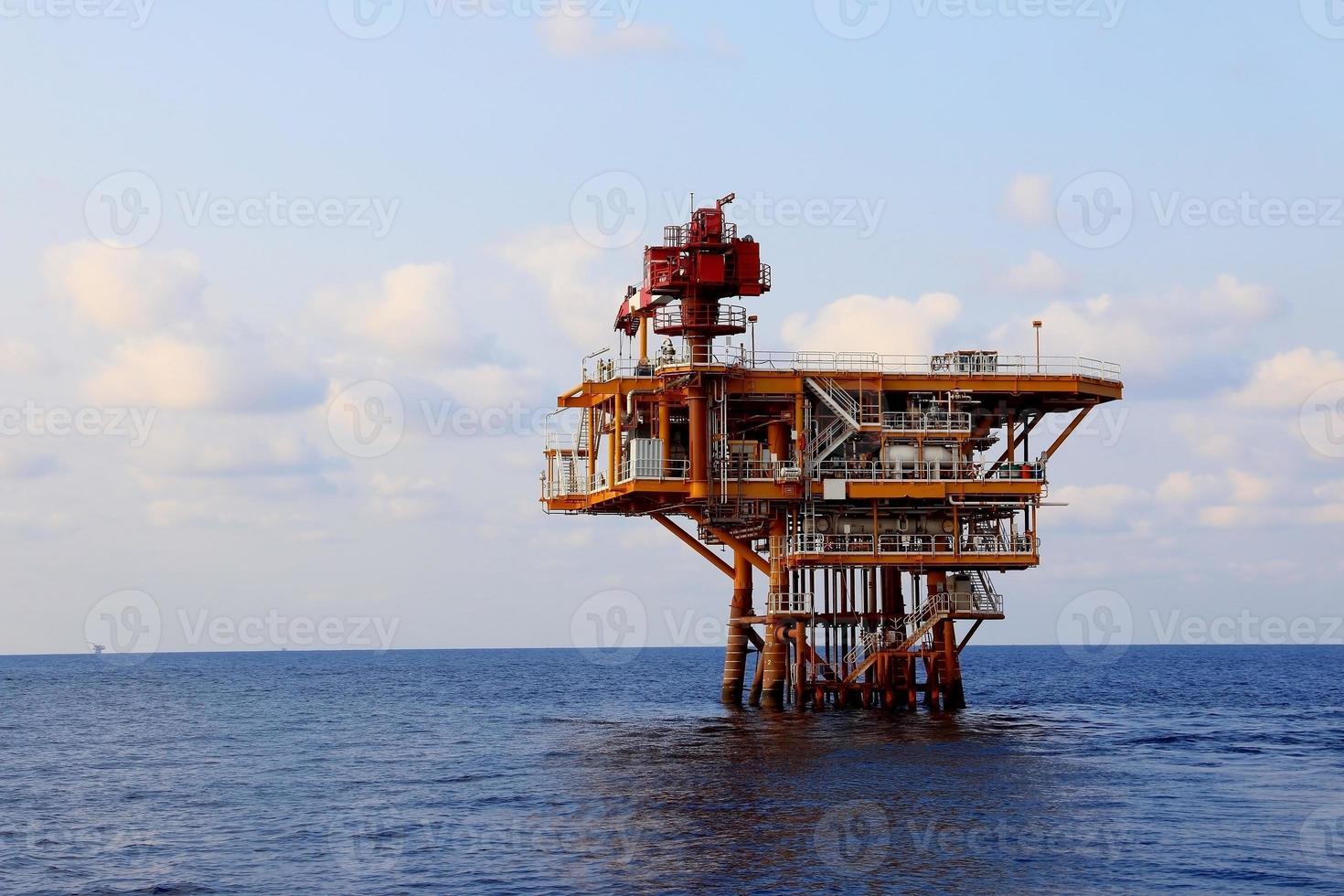 Produktionsplattform in der Offshore-Öl- und Gasindustrie. das platfo foto
