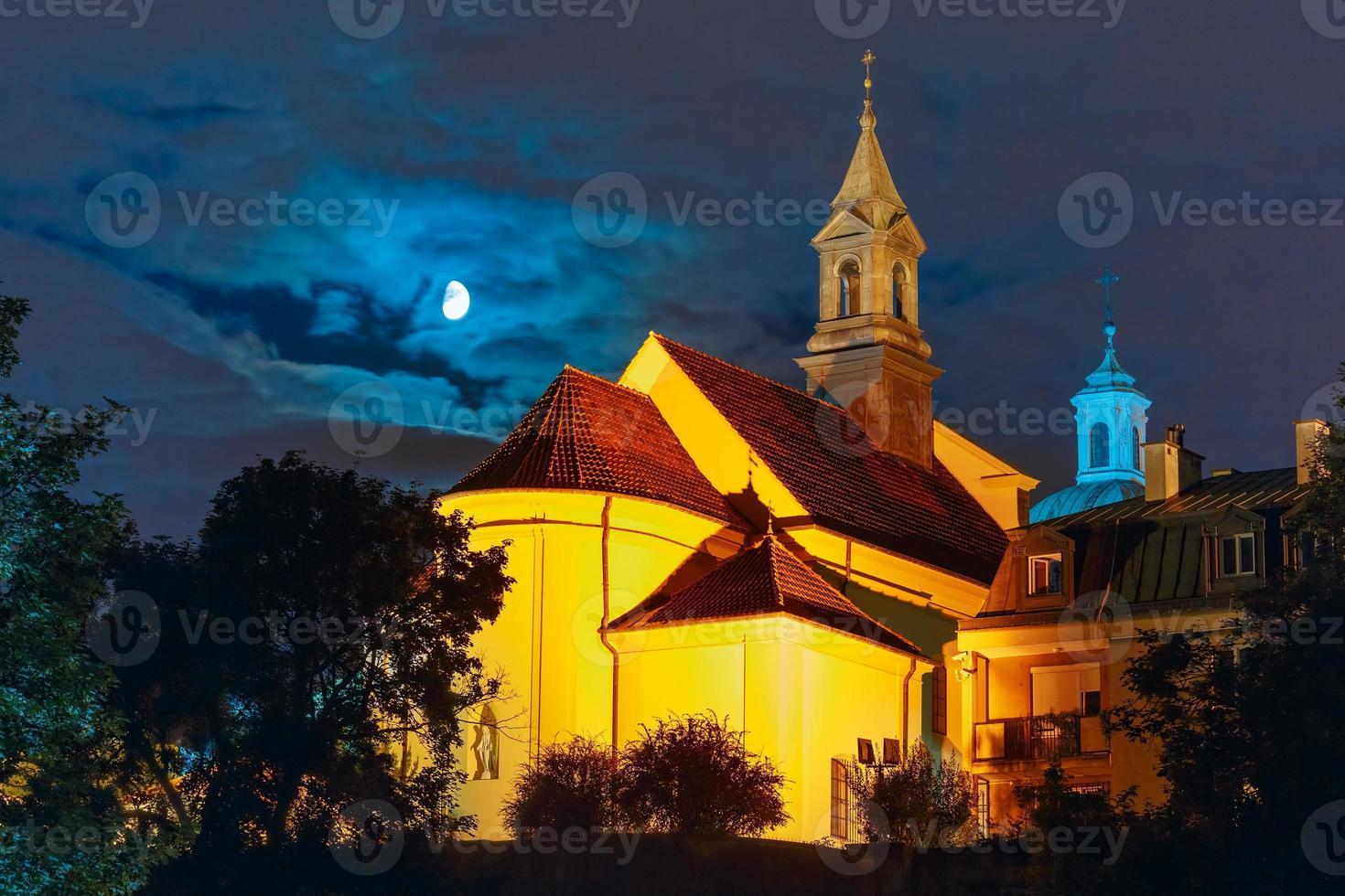 Kirche des Heiligen Benson in der Nacht, Warschau, Polen foto