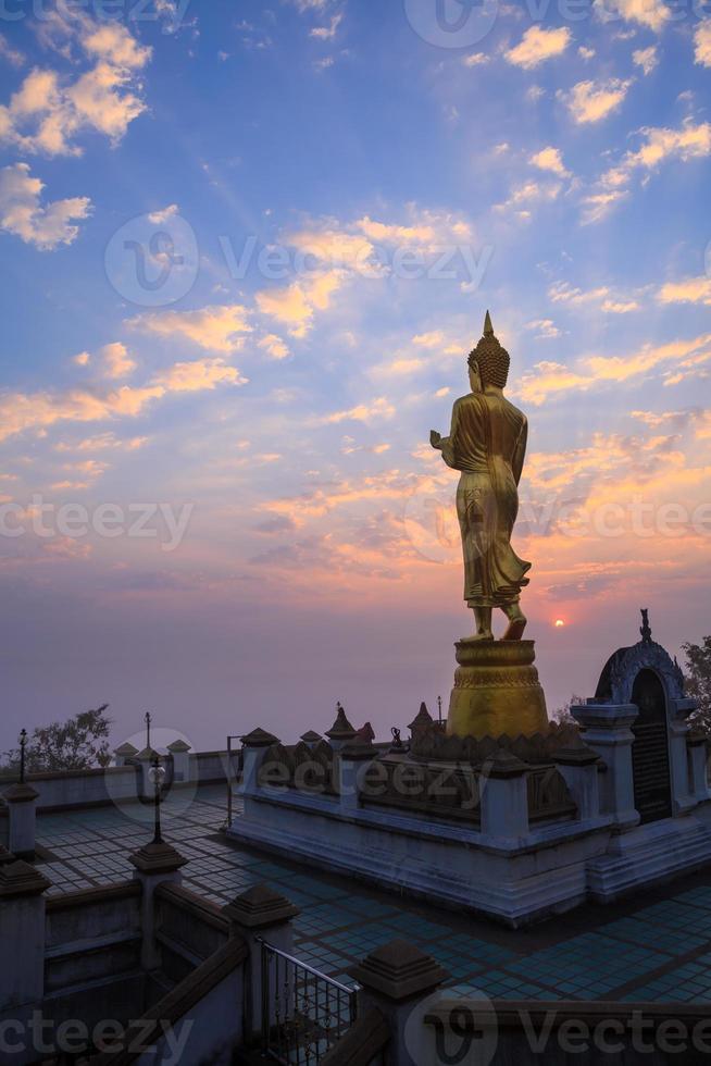 Buddha-Statue, die bei Wat Phra das Khao Noi steht foto