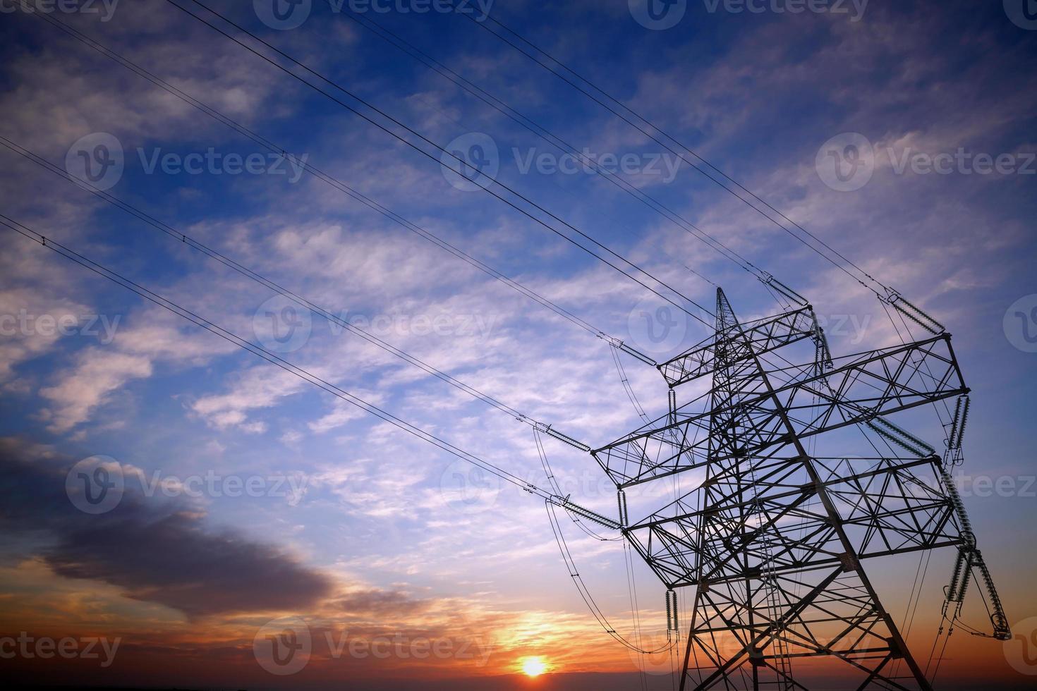 Pylon und Stromleitungen bei Sonnenuntergang foto