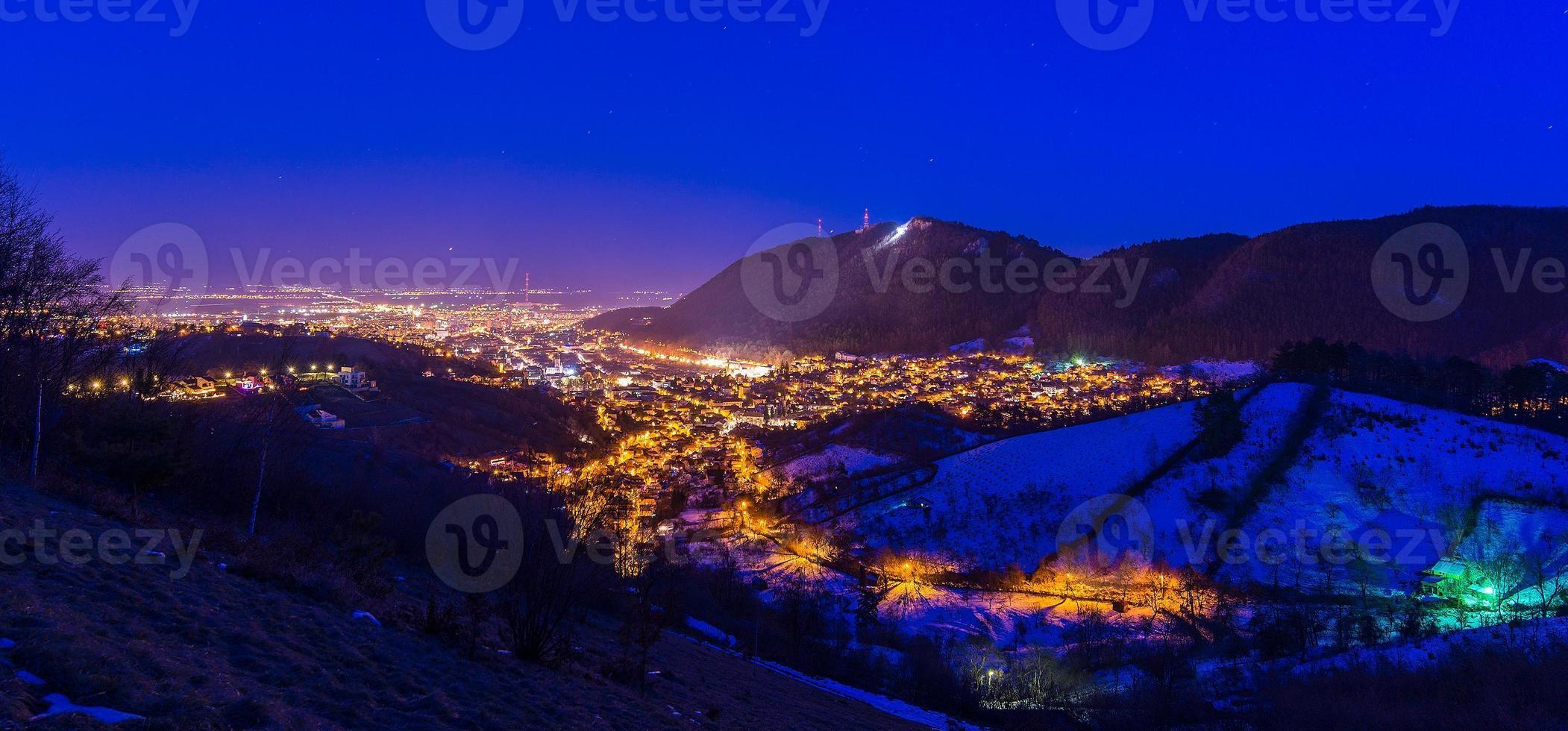 Brasov in der Nacht foto