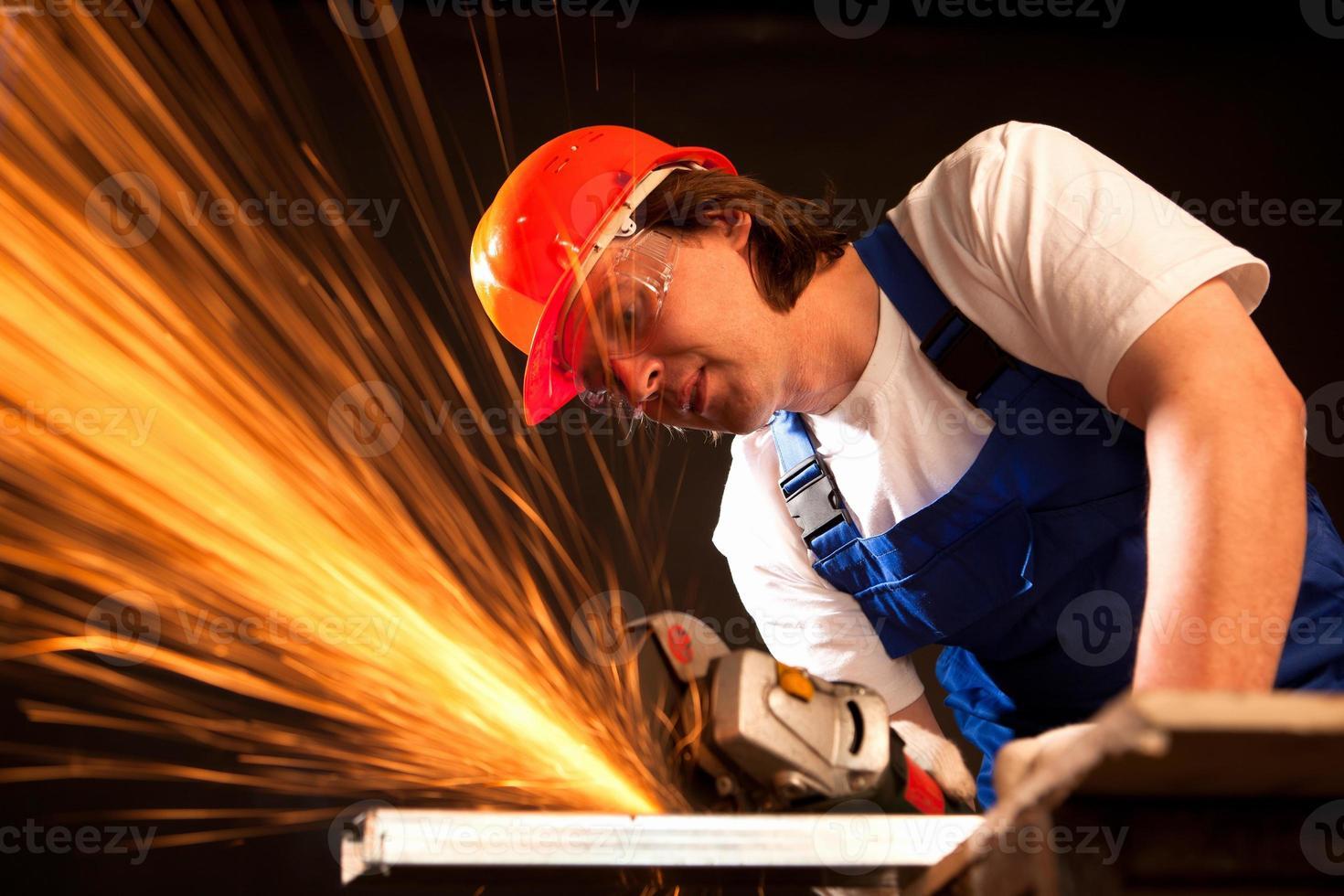 Arbeiter schneiden Metall foto