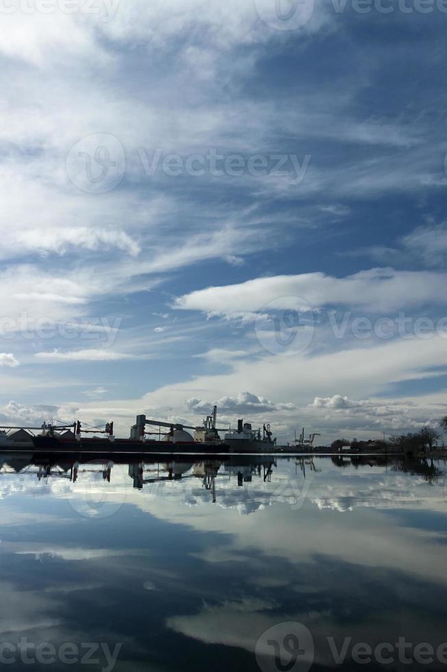 Hafen von Stockton unter dramatischem Himmel foto