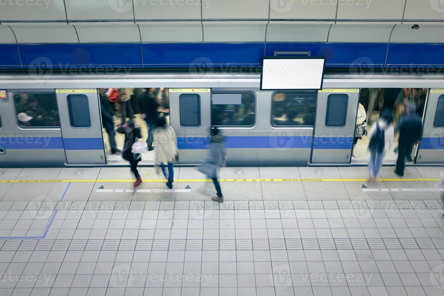 Umziehende Personen steigen an der U-Bahn-Station in den Wagen foto