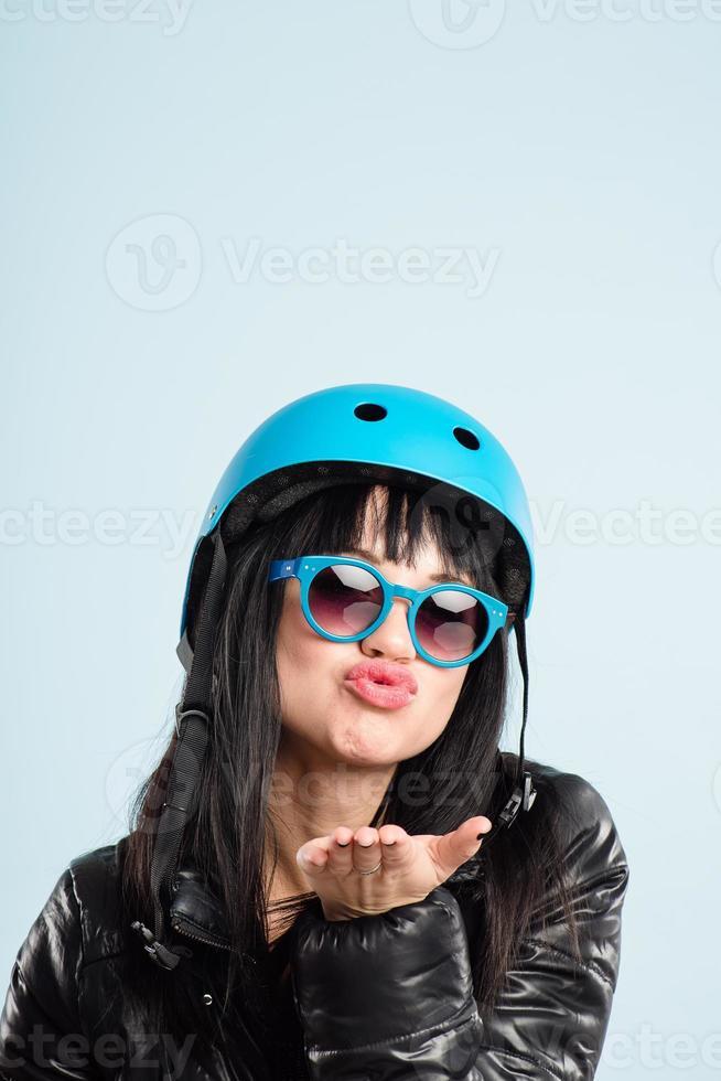lustige Frau, die Fahrradhelmporträt echte Leute hohe Definition trägt foto
