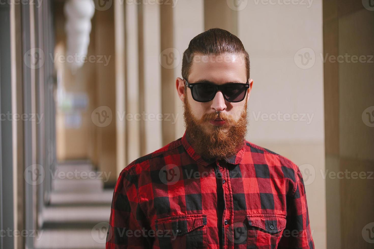 bärtige Hipster-Sonnenbrille in der Stadt foto