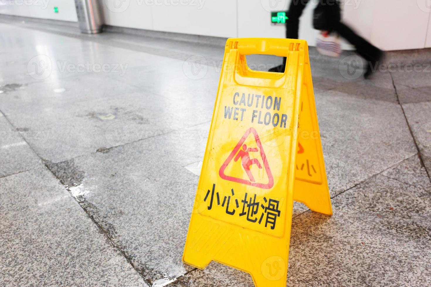Flur mit einem Warnschild in Englisch foto