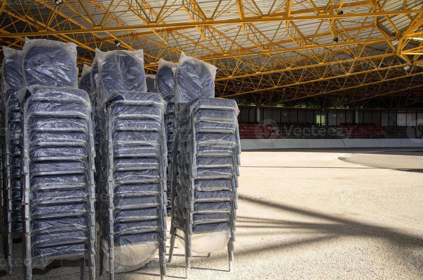 Neue leere Stühle mit Plastiküberzug im Eislaufstadion foto