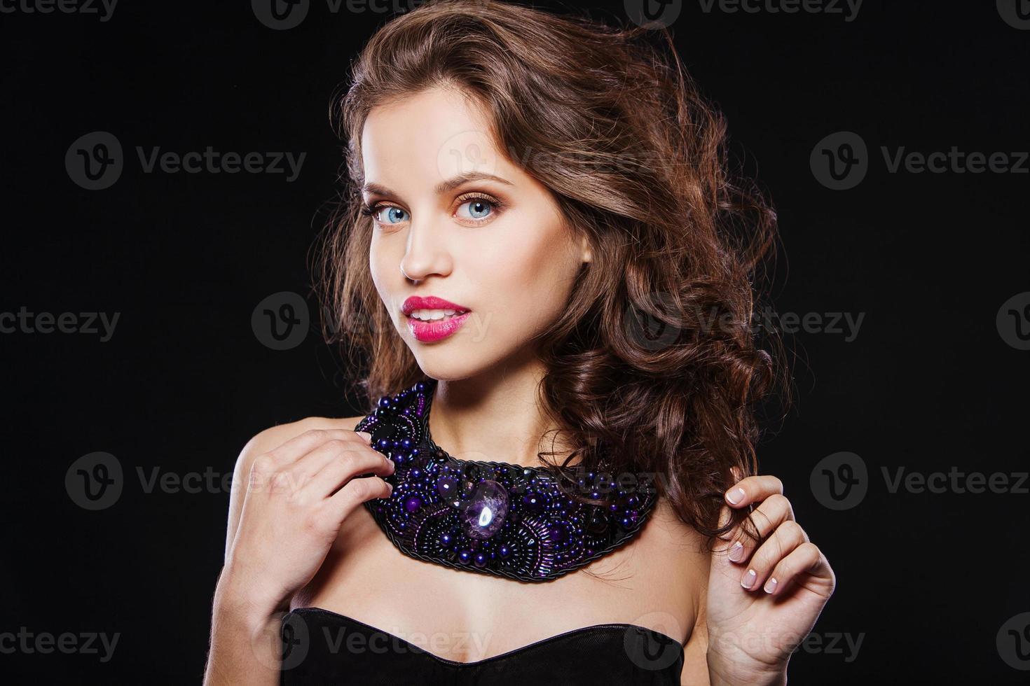 Porträt eines schönen brünetten Mädchens mit perfektem Abend machen foto