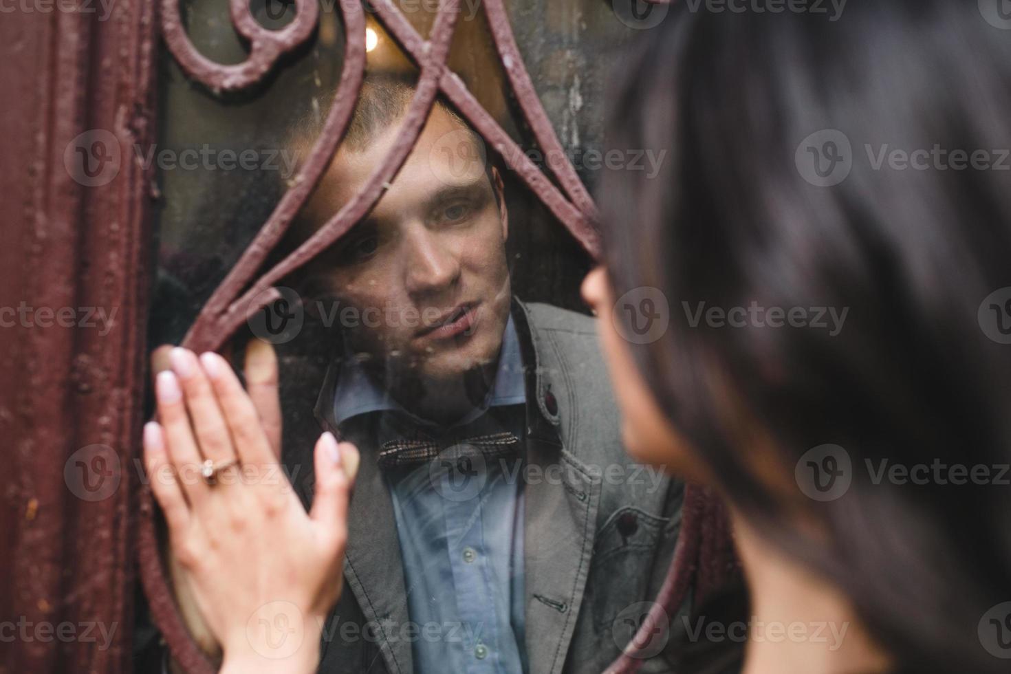 Paar schaut sich durch das Fenster an foto