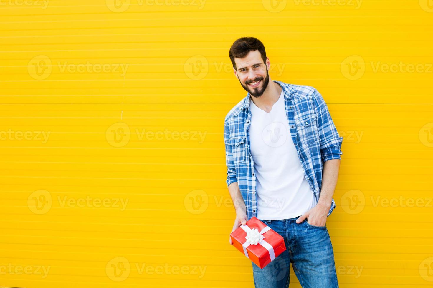 erwachsener Mann mit rotem Geschenk, Geschenk foto