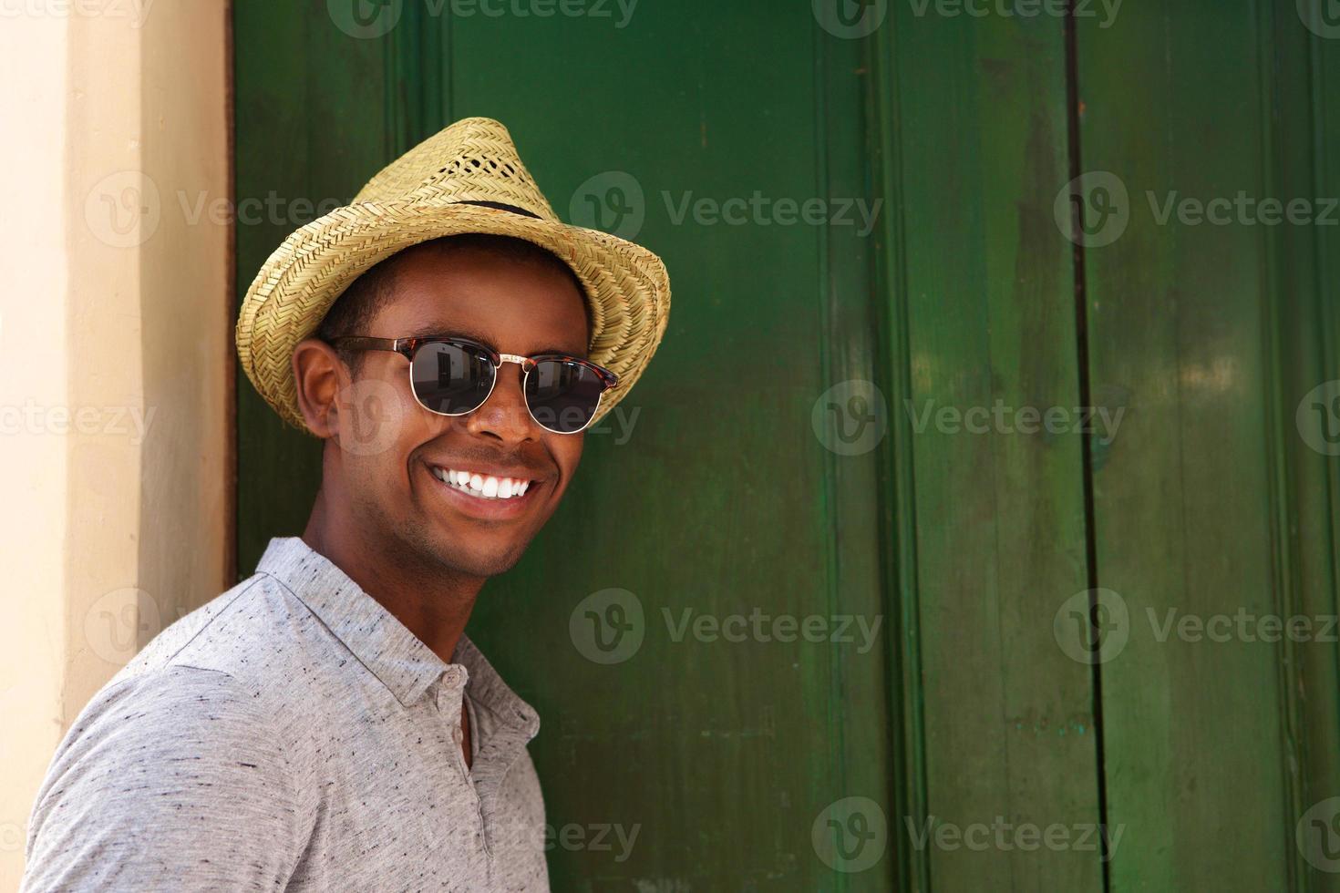 glücklicher Kerl mit Hut und Sonnenbrille foto