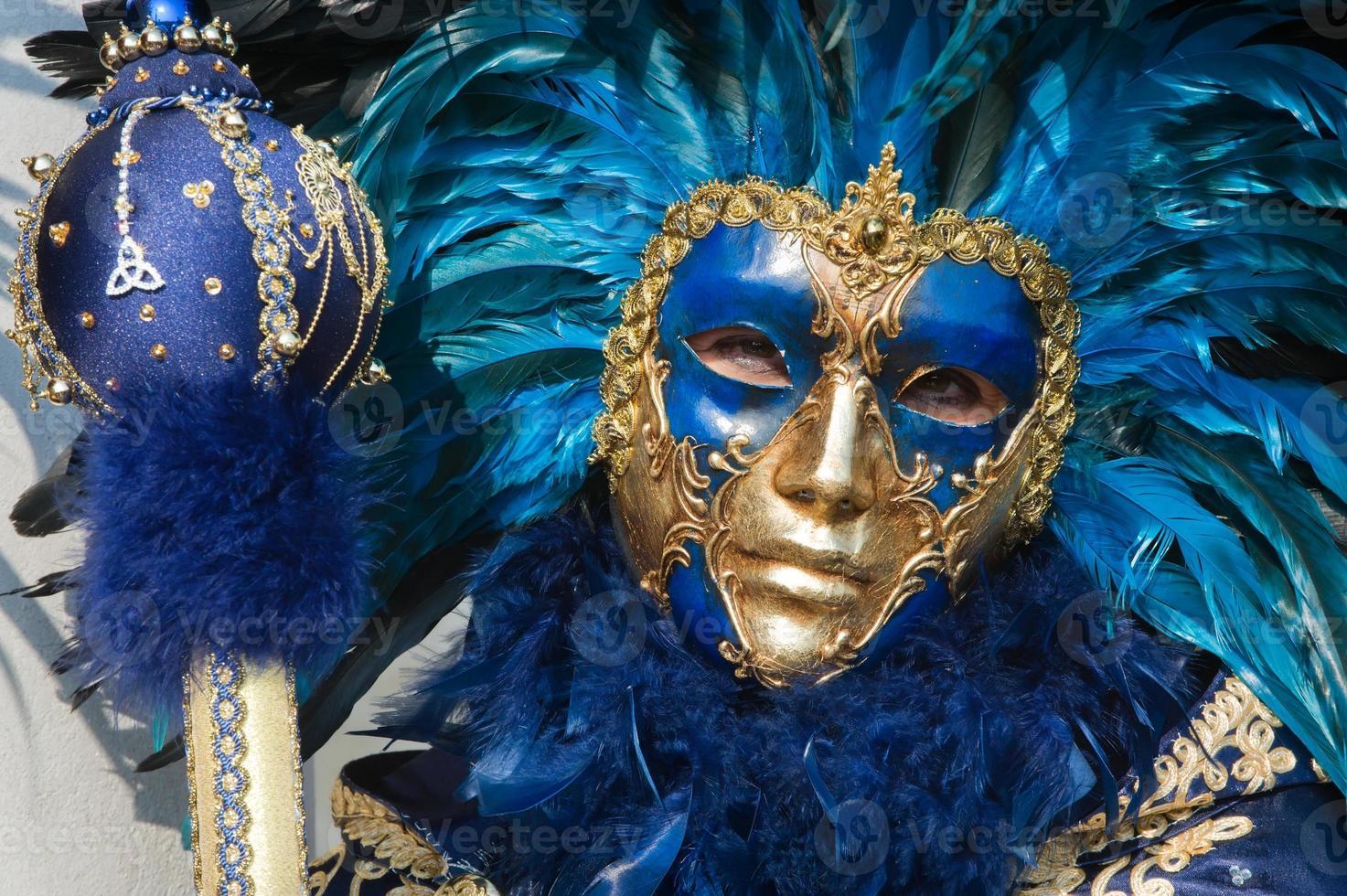 blau goldene Maske mit Federn foto