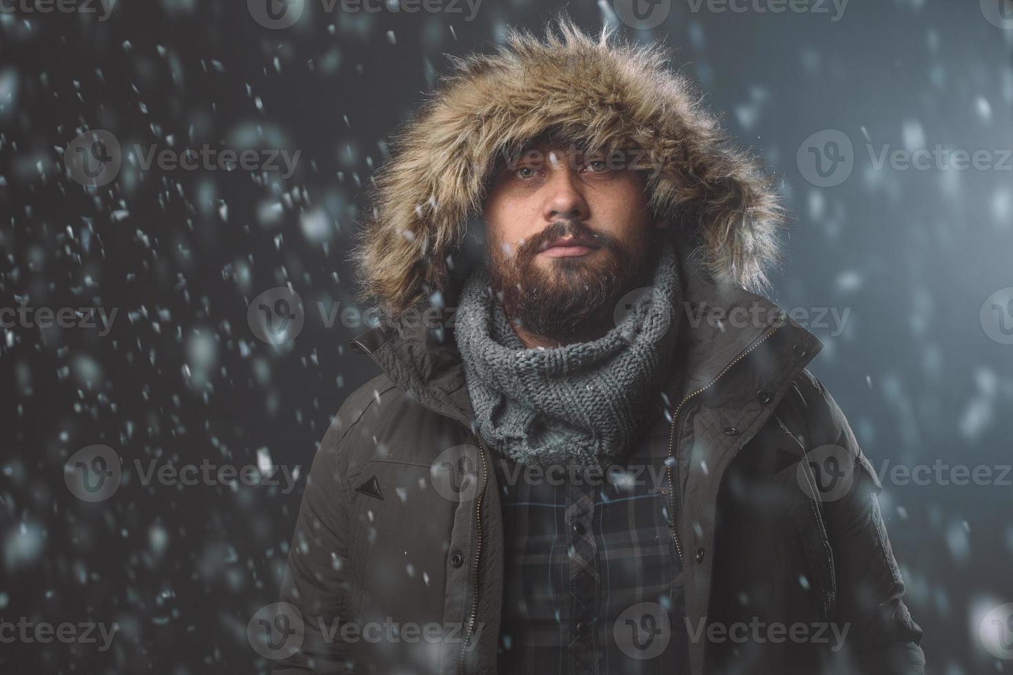 schöner Mann im Schneesturm foto