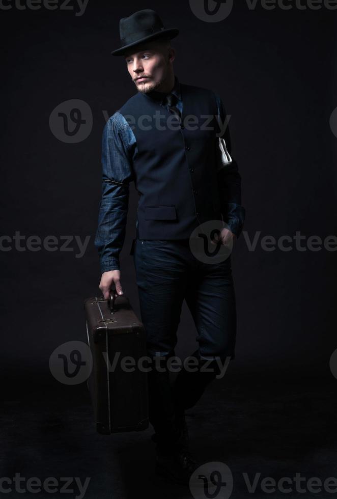 Retro 1900 moderne Mode Mann. Vintage Koffer tragen. foto