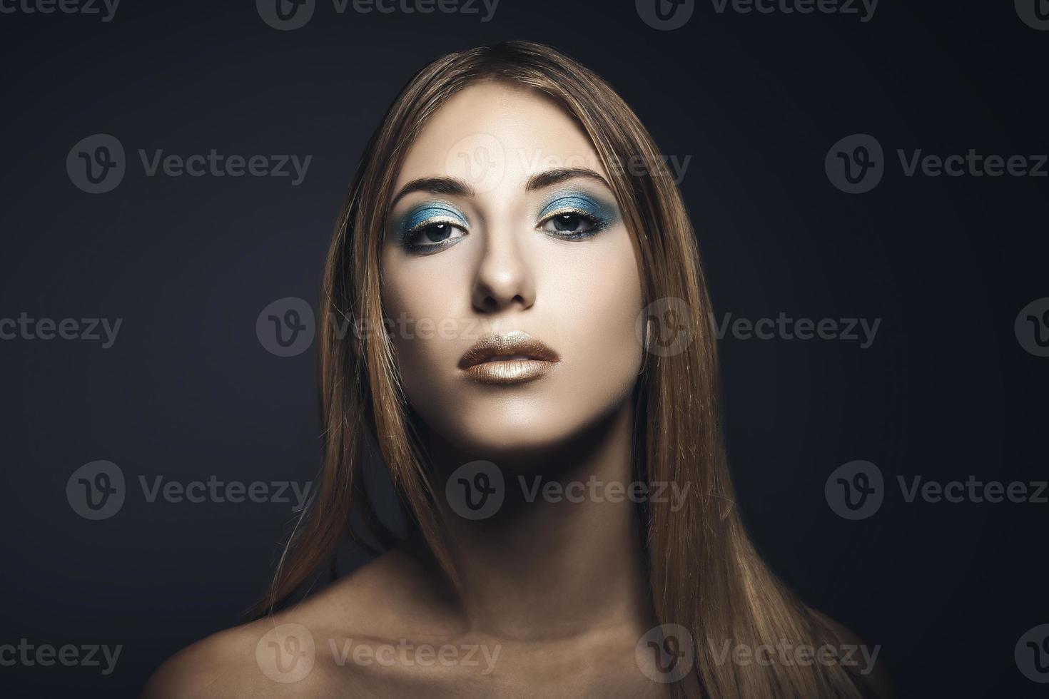 Schönheitsporträt der jungen Frau foto