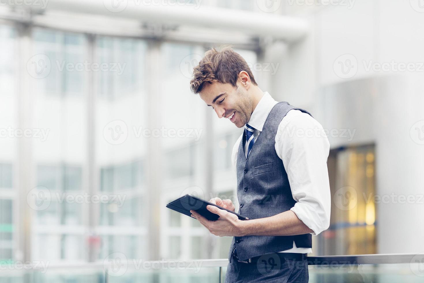 Geschäftsmann mit einem digitalen Tablet foto