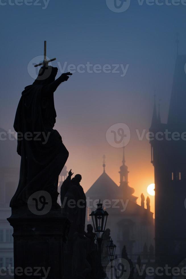 Statuen der Charles Bridge im Morgengrauen foto