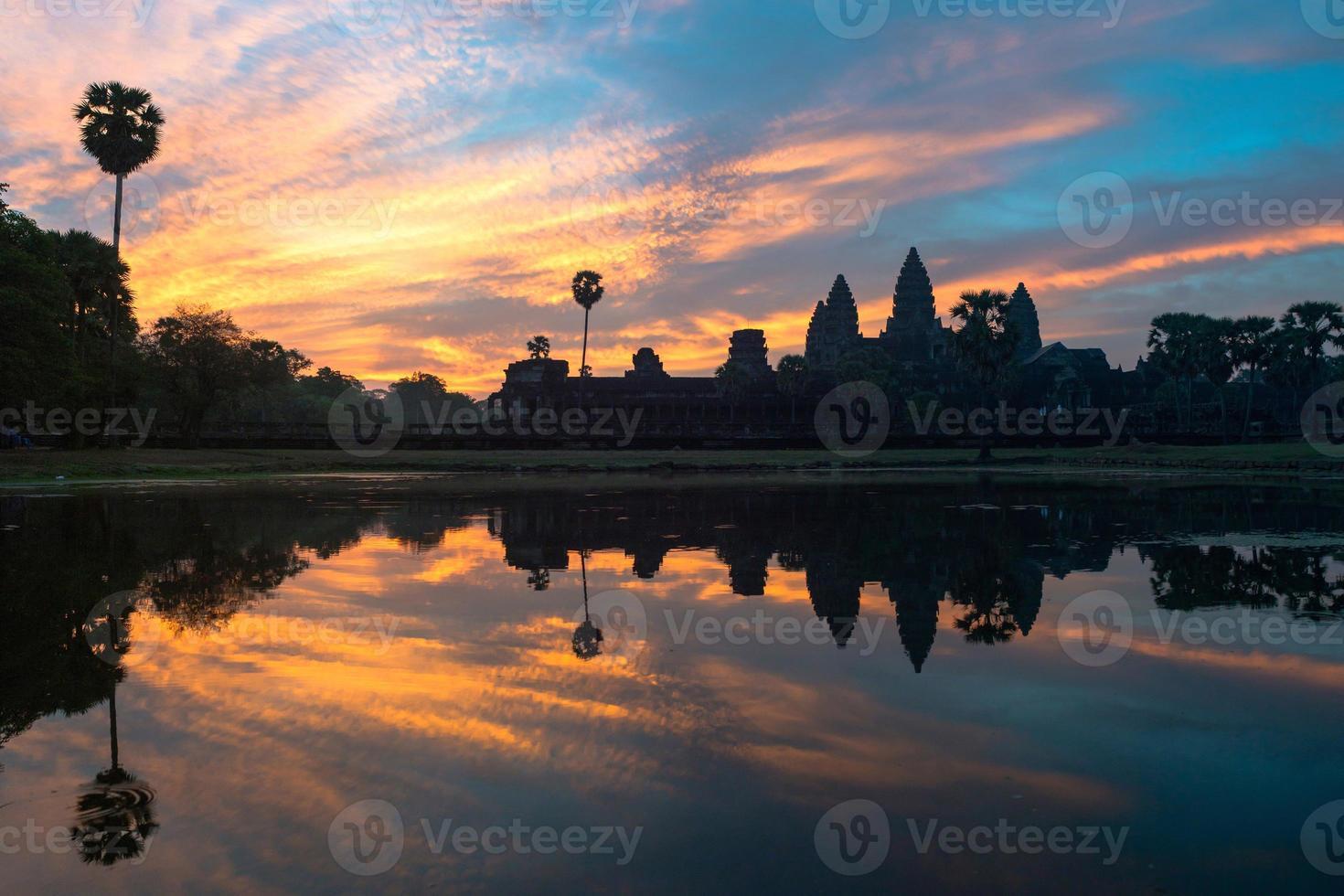 Angkor Wat bei Sonnenaufgang foto
