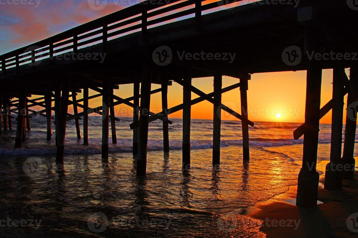 Strandpier in Kalifornien bei Sonnenuntergang foto