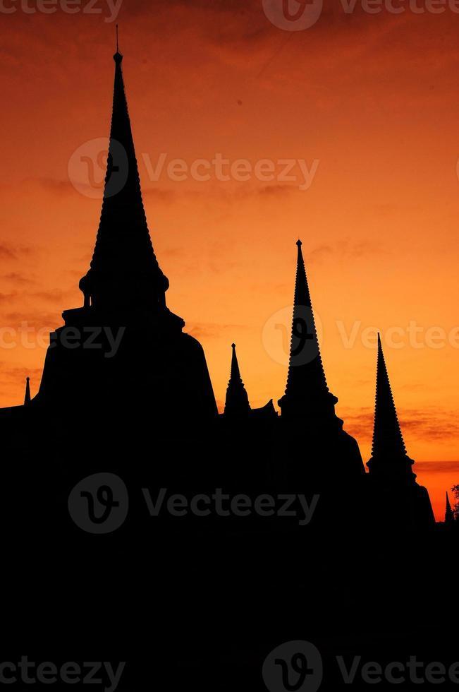 Silhouette von Wat Phra Sri Sanphet, Thailand foto