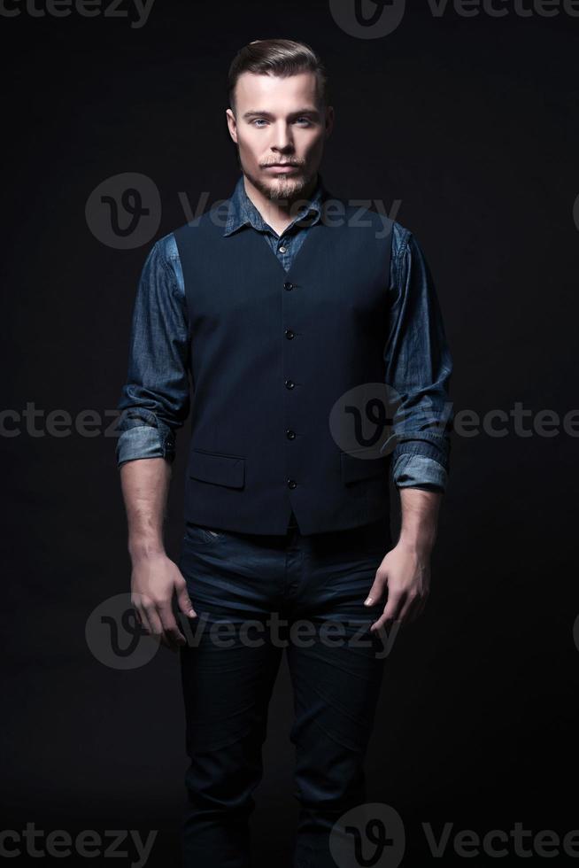 Retro Wintermode Mann. trägt ein blaues Jeanshemd mit Weste. foto