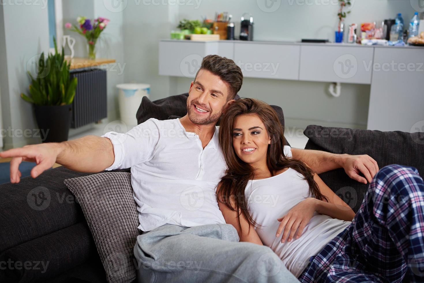 Paar entspannt sich auf einem Sofa foto