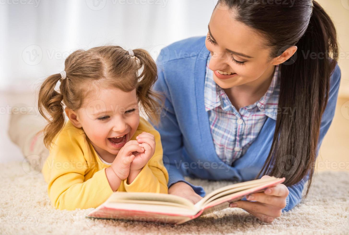 Mutter mit kleiner Tochter foto