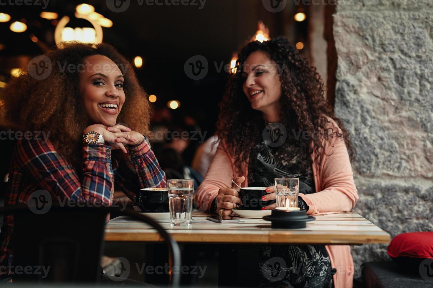 zwei Freundinnen im Cafe foto