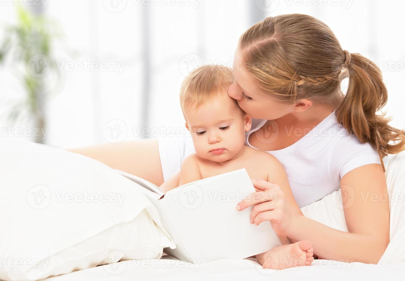 Mutter liest Buch Baby im Bett vor dem Schlafengehen foto