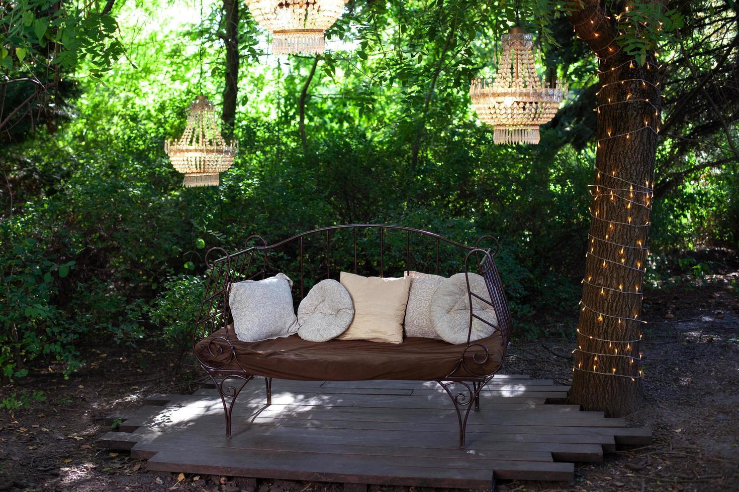 Gartensofa mit Dekorationen foto