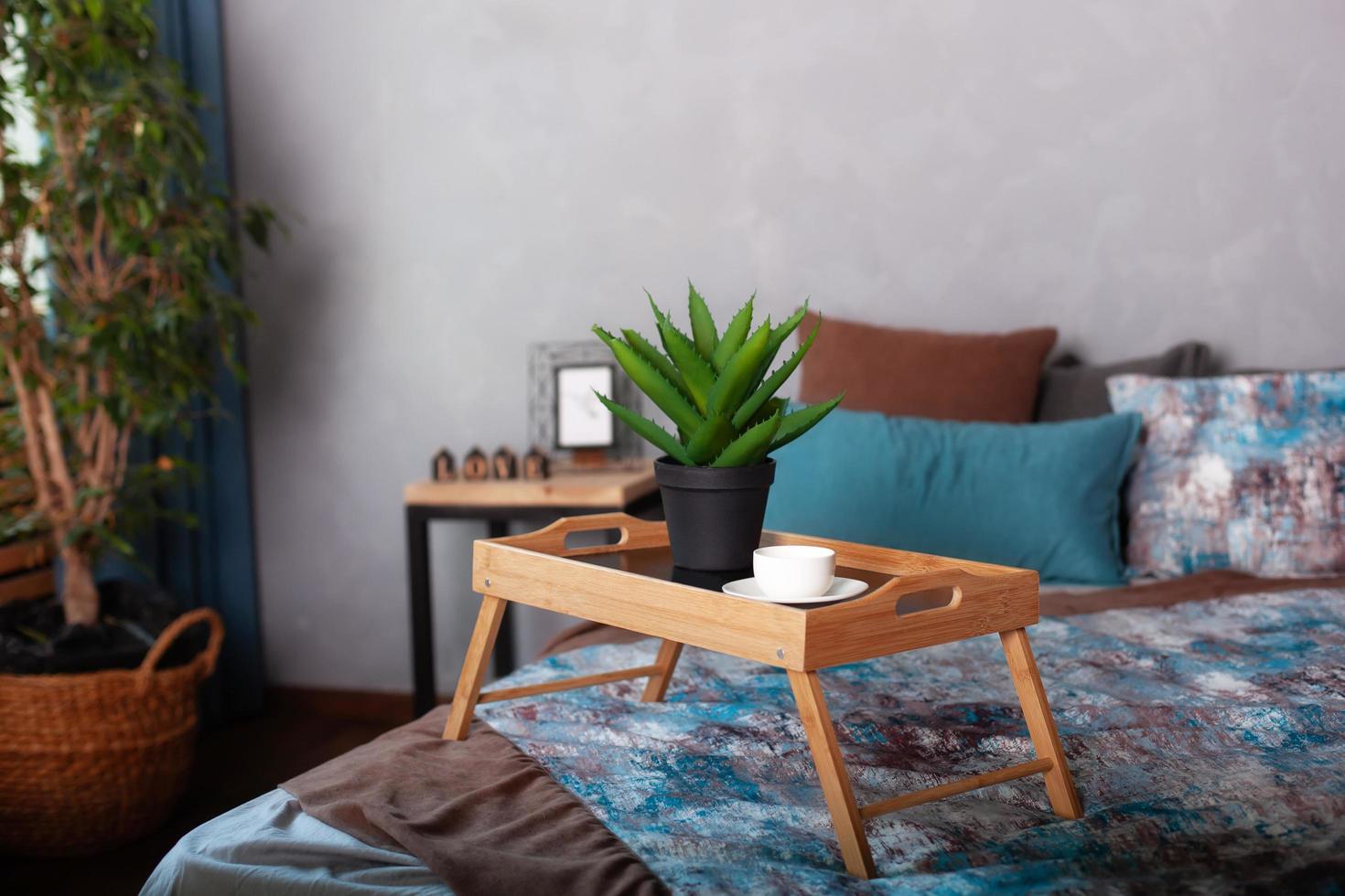 Schlafzimmer Interieur mit einem kleinen Tisch auf dem Bett foto