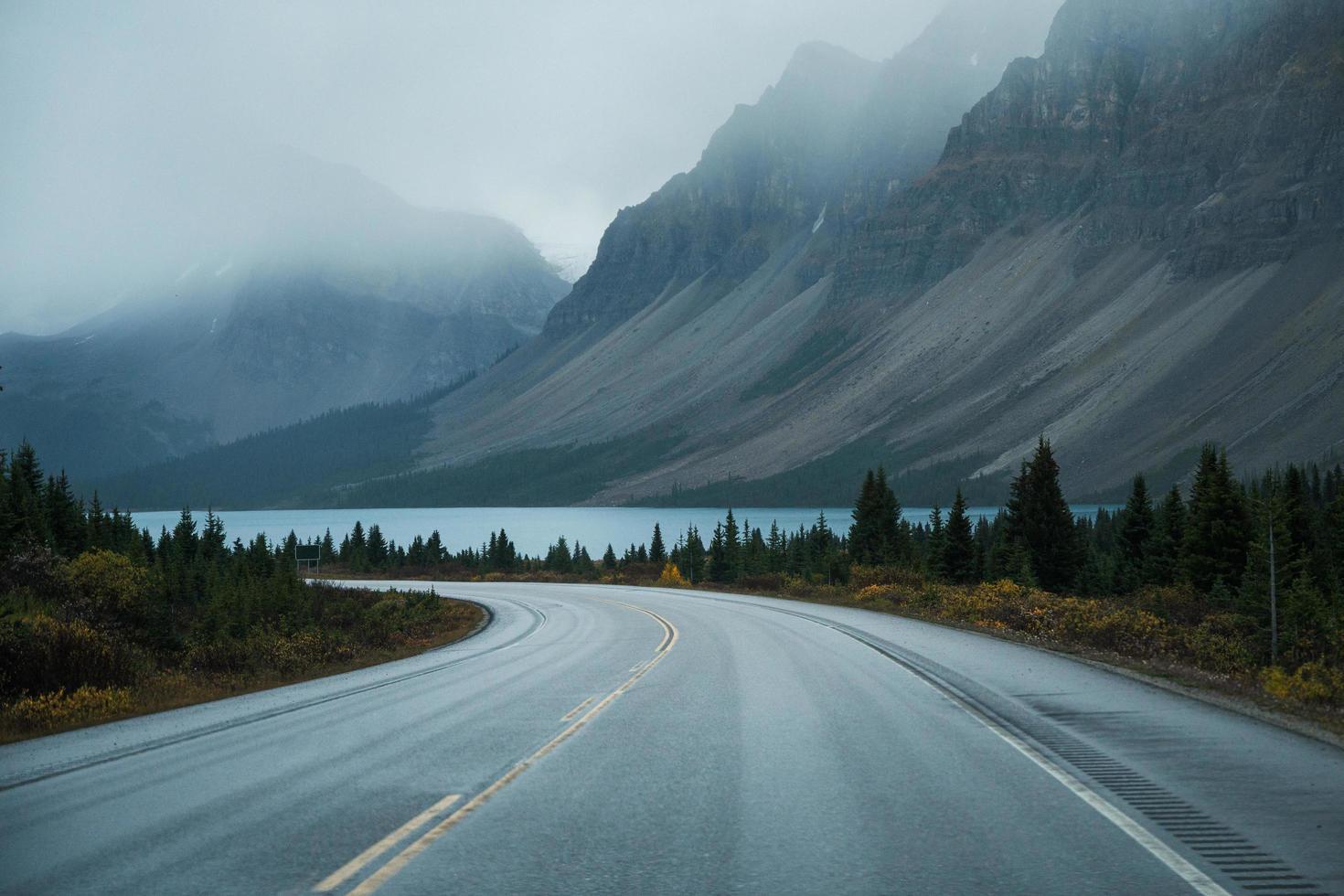 landschaftlich reizvoller Roadtrip durch die felsigen Berge foto