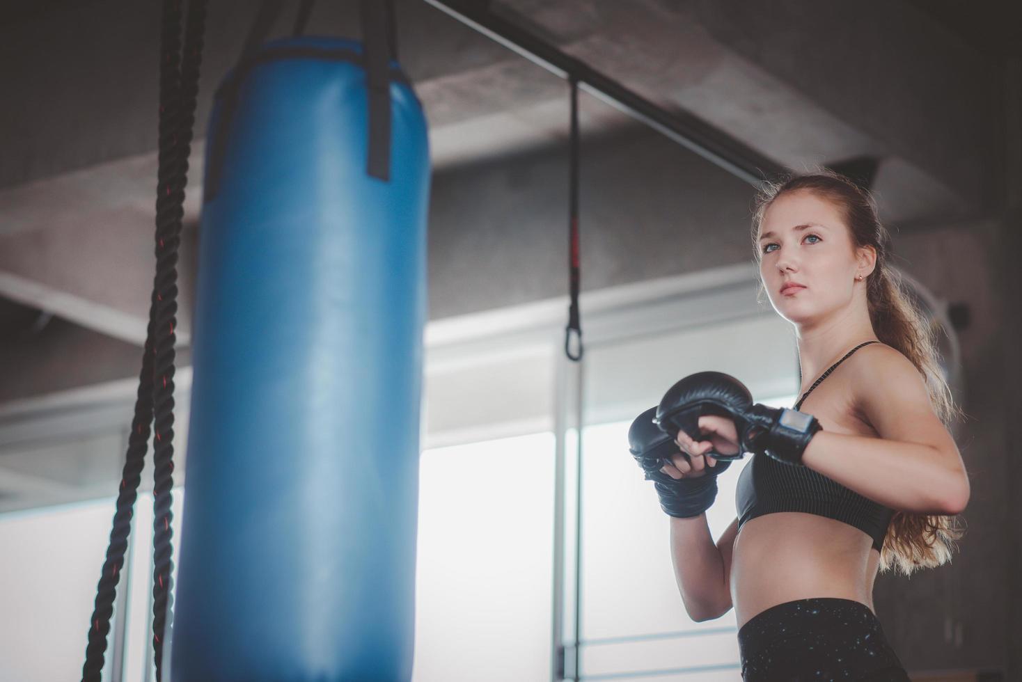 Frauen, die sich darauf vorbereiten, einen Boxsack zu schlagen foto