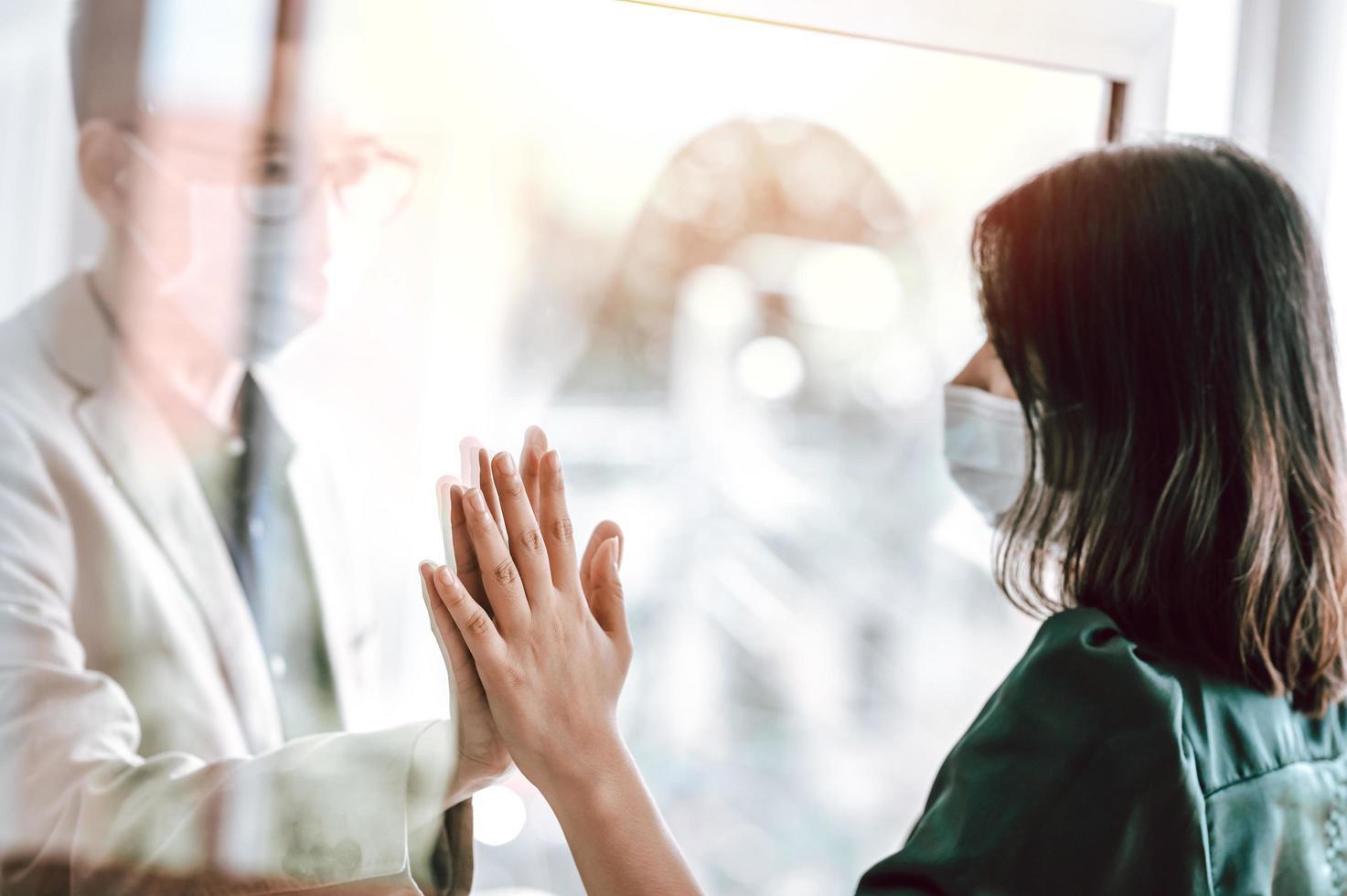 asiatisches Paar mit Gesichtsmaske aus gesundheitlichen Gründen getrennt foto