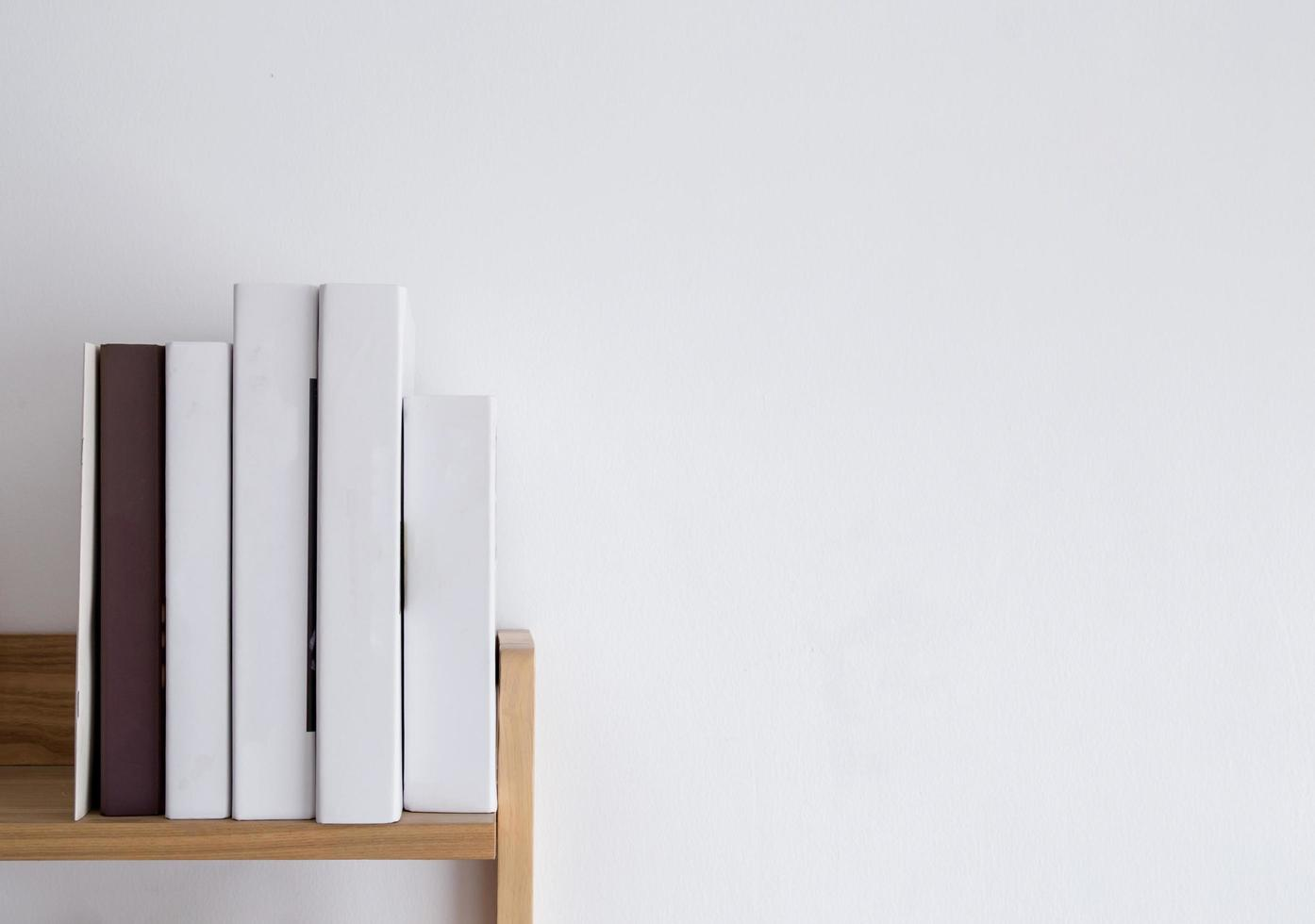 Bücherregal mit Kopierplatz foto