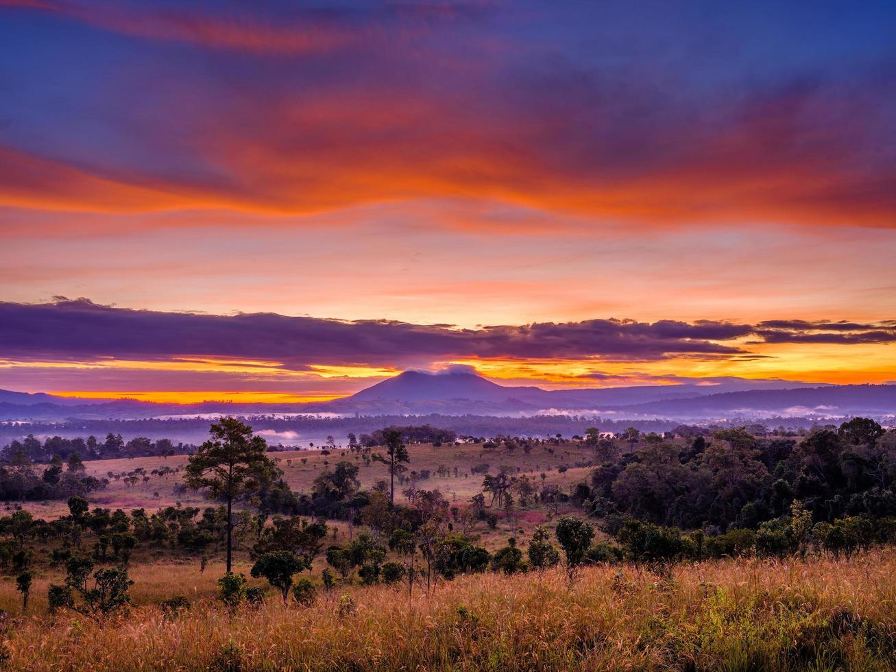 Blick auf Berge mit Sonnenuntergang Himmel foto