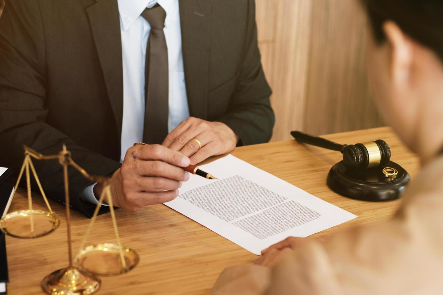 Scheidungsdokumente werden unterschrieben foto