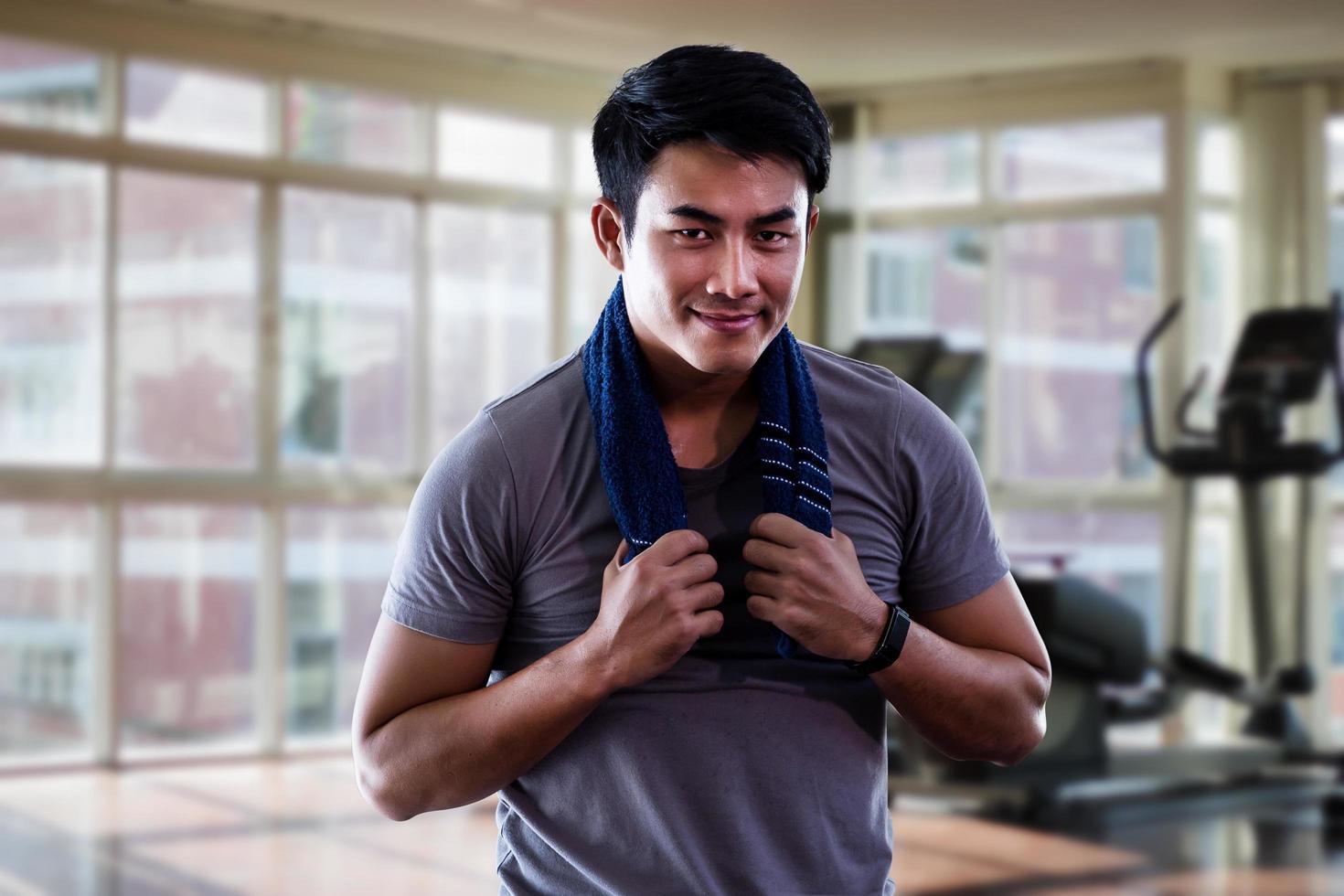 Mann, der im Fitnessstudio trainiert foto