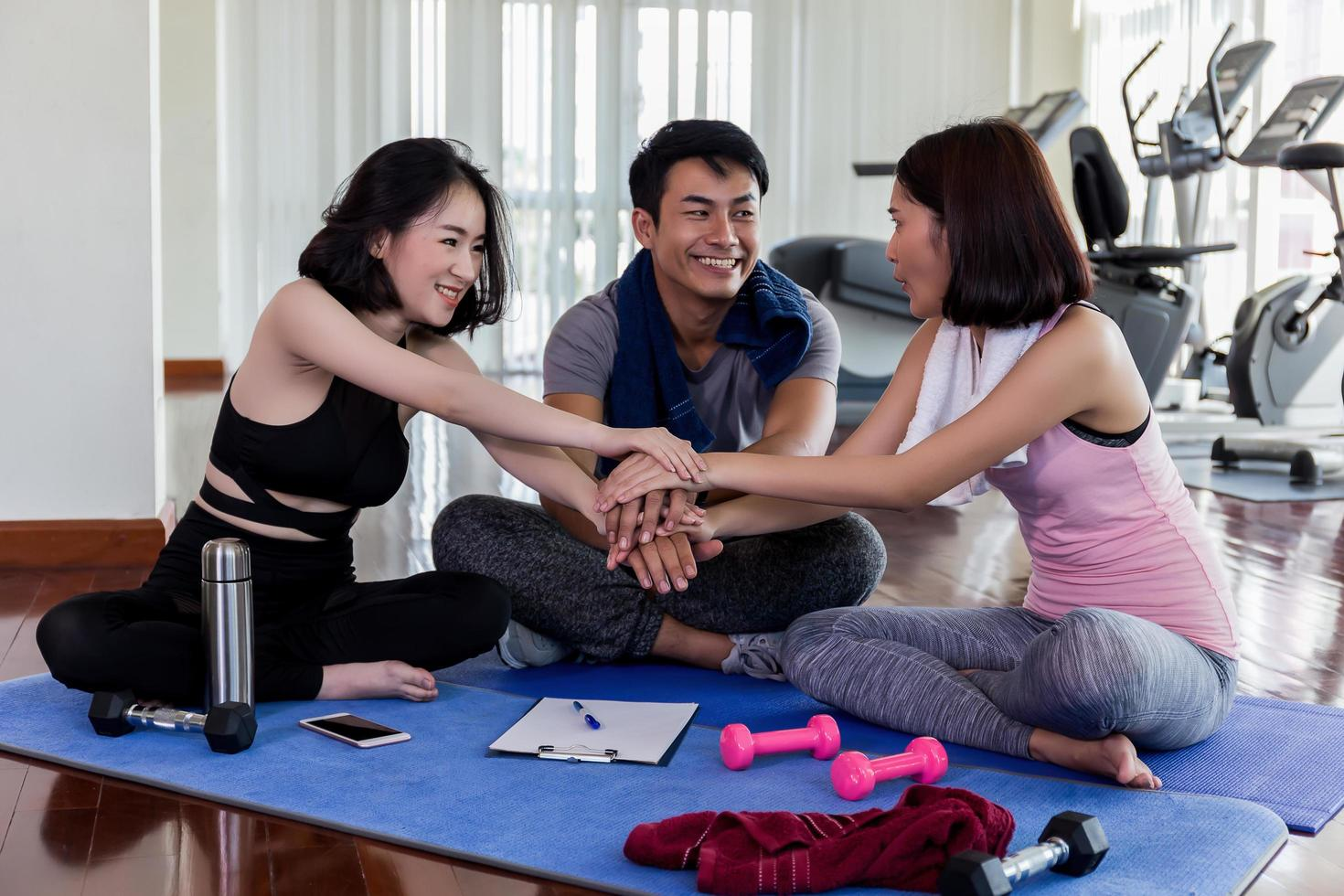 drei Erwachsene im Fitnessstudio foto