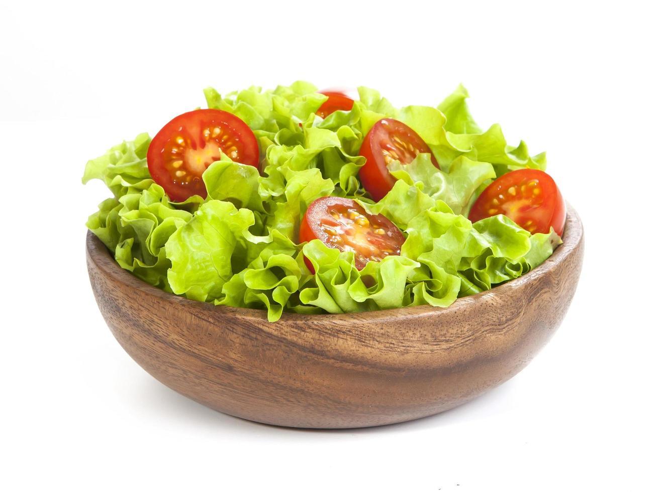 Tomate und Salat lokalisiert auf weißem Hintergrund foto