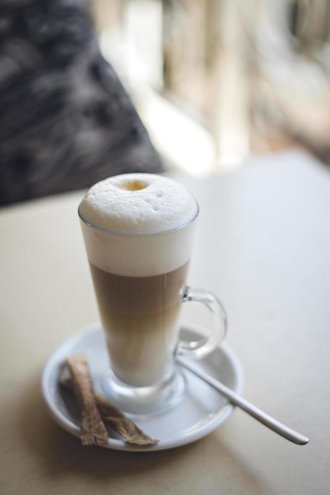 Latte mit Zucker und Löffel foto