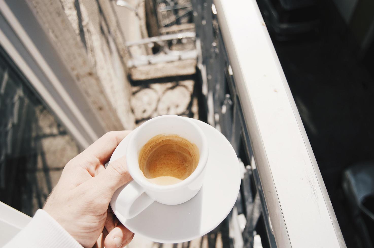 Mann trinkt Espresso foto
