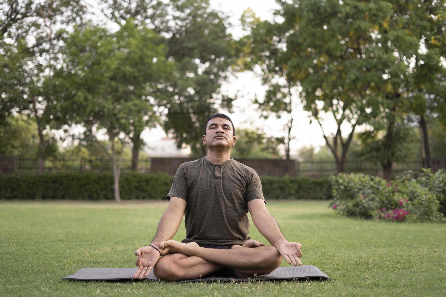 Mann macht Yoga im Freien foto